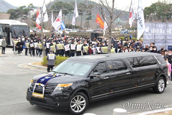 월 9일 오후 한국마사회 부산경남경마공원 주차장에서 치러지기로 했던 고 문중원 경마기수의 영결식이 중단된 가운데, 운구행렬이 기숙사로 향하고 있다.