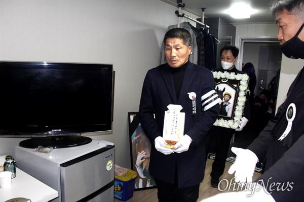 3월 9일 오후 한국마사회 부산경남경마공원 주차장에서 치러지기로 했던 고 문중원 경마기수의 영결식이 중단된 가운데, 운구행렬이 기숙사에 들어서고 있다.