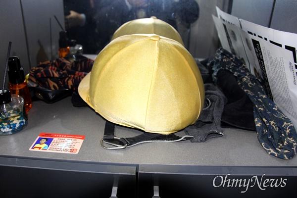 3월 9일 오후 한국마사회 부산경남경마공원 주차장에서 치러지기로 했던 고 문중원 경마기수의 영결식이 중단된 가운데, 고인의 기숙사에 유품인 모자와 이름표 등이 놓여 있다.