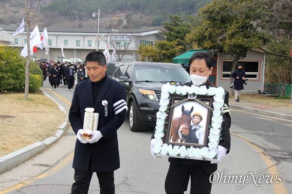 3월 9일 오후 한국마사회 부산경남경마공원 주차장에서 치러지기로 했던 고 문중원 경마기수의 영결식이 중단된 가운데, 운구행렬이 기숙사에 들렀다가 나오고 있다.