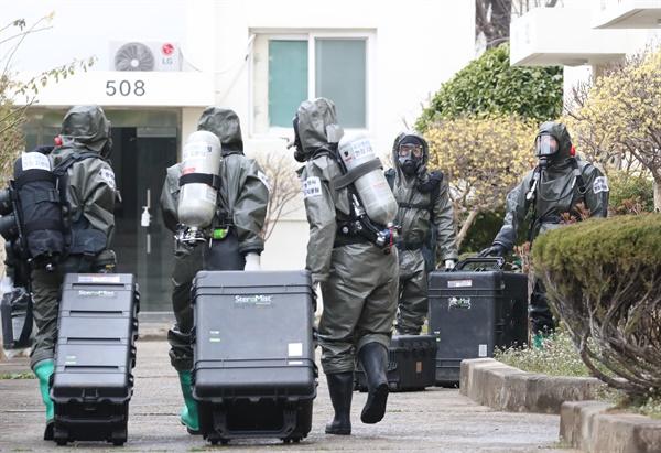 육군 제2작전사령부 장병들이 9일 오후 코호트 격리 주거시설인 대구 달서구 한마음아파트를 방역하고 있다. 신천지 교인이 집단 거주하는 이 아파트에서는 코로나19 확진자 46명이 나왔다.