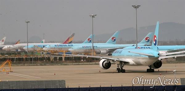 한일 양국이 신종 코로나바이러스 감염증(코로나19) 대응 이유로 방문객의 입국 제한 조치를 실시한 9일 오후 인천국제공항 2터미널 계류장에 비행기가 대기하고 있다.