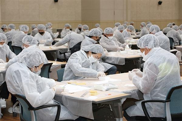 지난주 일요일인 8일 강릉시청 공무원 120명은 휴일도 반납한 채 방역복을 입고 지역 아동을 위한 필터교체형 마스크 가공 작업을 하고있다.