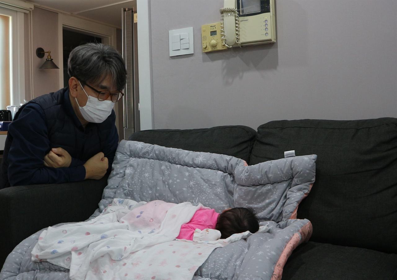 첫 만남 기자가 손녀를 처음 만난 날. 기자는 마스크를 끼고 손녀를 바라보기만 했다.