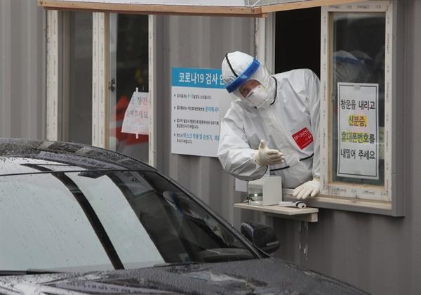 9일 오후 대구시 남구 영남대학교병원'드라이브 스루' 선별진료소에서 의료진이 진료 절차를 안내하고 있다.
