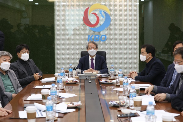 정운찬 한국야구위원회(KBO) 총재가 10일 오전 서울 강남구 야구회관에서 열린 이사회를 주재하고 있다.