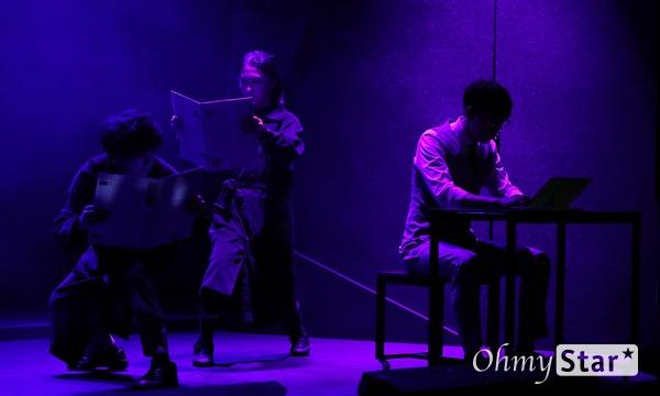 '다니엘' 젊은 배우들의 끼와 열정 10일 오후 서울 종로구 대학로의 한 공연장에서 열린 창작 뮤지컬 <다니엘> 제작발표회에서 하이라이트 장면이 시연되고 있다. <다니엘>은 정신병원이라는 특수한 공간에서 남들과는 다른 이념을 내세우며 세상을 구하려는 의사와 그 안에서 일어나는 미스터리 사건을 파헤치고 해결하는 기자들의 이야기를 담은 창작뮤지컬이다. 2월 21일부터 3월 15일까지 예스24 스테이지 3관.
