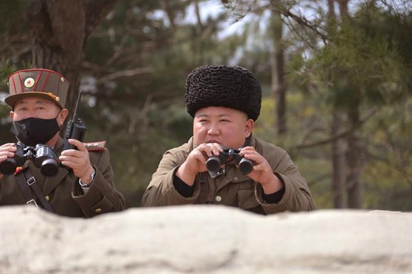 화력타격훈련 또 다시 지도한 北 김정은 국무위원장 김정은 북한 국무위원장이 9일 조선인민군 전선장거리포병구분대들의 화력타격훈련을 또 다시 지도했다고 노동당 기관지 노동신문이 10일 밝혔다. 신문은 김 위원장이 감시소에서 총참모장인 박정천 육군대장에게 전투정황을 제시하고 훈련을 지켜봤다고 전했다.