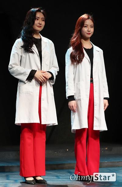 '다니엘' 젊은 배우들의 패기! 10일 오후 서울 종로구 대학로의 한 공연장에서 열린 창작 뮤지컬 <다니엘> 제작발표회에서 출연배우들이 포토타임을 갖고 있다. <다니엘>은 정신병원이라는 특수한 공간에서 남들과는 다른 이념을 내세우며 세상을 구하려는 의사와 그 안에서 일어나는 미스터리 사건을 파헤치고 해결하는 기자들의 이야기를 담은 창작뮤지컬이다. 2월 21일부터 3월 15일까지 예스24 스테이지 3관.