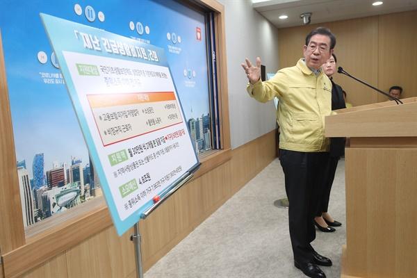 박원순 서울시장이 10일 오전 서울시청 브리핑룸에서 코로나19 관련 온라인 브리핑을 하고 있다.