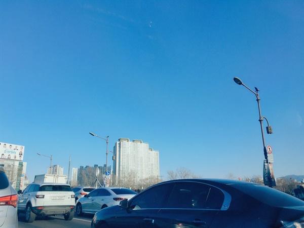 출근길 차량 행렬 늘 차량 정체가 있던 곳도 확연히 차량이 줄었는데 오랜만에 차가 막혔다.