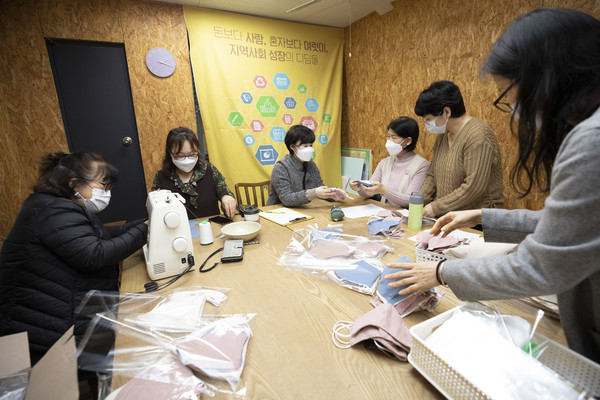 3월 9일 은평구 사회적경제허브센터에서 은평구마을공동체지원센터와 동네네트워크 등이 '정 나눔 마스크' 만들기를 하는 모습. (사진: 정민구 기자)