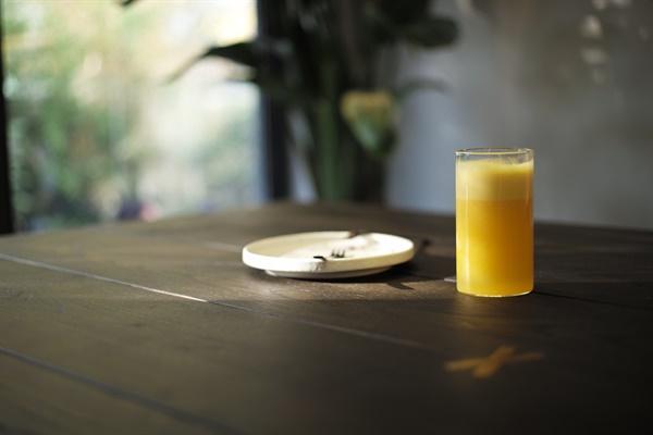 잘난 척하고 싶었던 나는 몰래 주스를 만들기로 했다. 우물물에 오렌지색 크레용을 가루로 만들어 휘저었다.