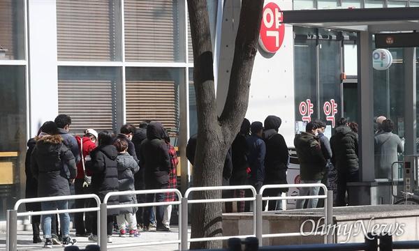 정부가 마스크 수급 안정화 대책으로 '마스크 5부제'를 시행한 가운데 11일 오후 서울 마포구 한 약국에서 시민들이 마스크를 구입하기 위해 줄을 서서 기다리고 있다.