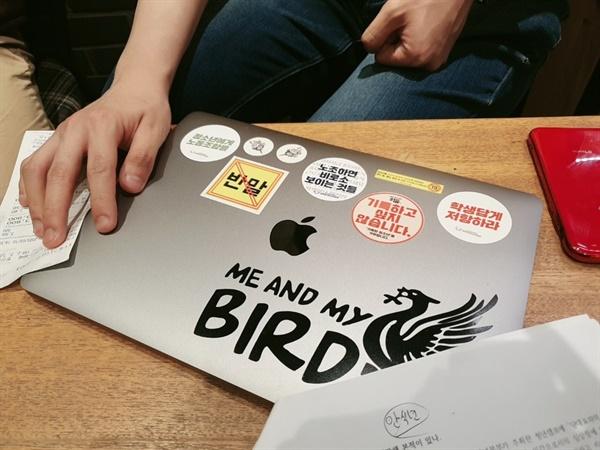 재성씨의 노트북에는 청소년운동단체의 스티커가 많이 붙어있었다.