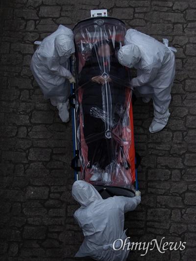 경북 경산에서 코로나19에 감염된 중증환자가 9일 서울 양천구 감염병 전담병원인 서남병원에 후송되어 음압 바이오백에 실려 이동하고 있다.
