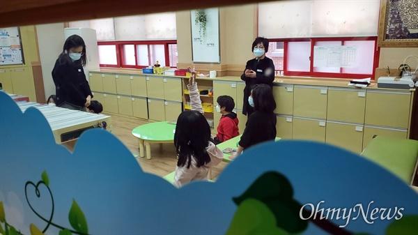 서울남산초 긴급돌봄에 참여한 학생들이 학습하고 있다. 한 교실에 돌봄교사가 2명인 모습이 눈길을 끈다.