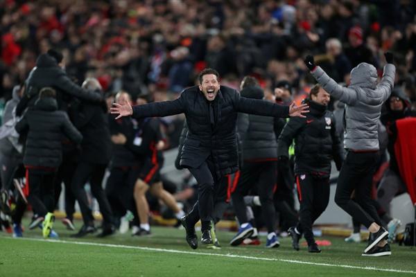 아틀레티코 마드리드 시메오네 감독이 12일(한국시간) 영국 리버풀의 안필드에서 열린 리버풀과의 2019-2020 UEFA 챔피언스리그 16강 2차전 승리 후 기뻐하고 있다.