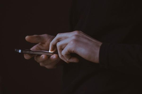 그때부터 갑자기 여기저기서 긴급재난문자 알림이 정신없이 울려댔다. 다들 스마트폰을 손에 들고 마치 현장중계를 하듯 확진자의 동선, 이름, 개인정보, 사생활까지 서로 브리핑하듯 읊었다.