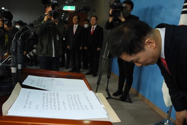 박근혜 전 대통령 변호인인 유영하 변호사가 4일 국회 정론관에서 박 전 대통령의 자필 편지를 공개한 뒤 인사하고 있다.