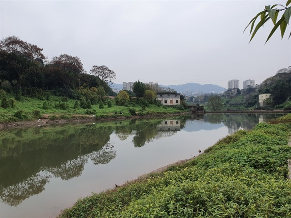 토교촌 옆을 흐르는 화계하