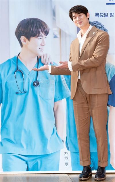 '슬기로운 의사생활' 유연석, 돋보이는 반전매력 배우 유연석이 10일 오후 온라인으로 진행된 tvN 2020 목요스페셜 <슬기로운 의사생활> 제작발표회에서 포즈를 취하고 있다. '응답하라'시리즈로 신드롬을 일으켰던 신원호 감독과 이우정 작가가 다시 한번 의기투합한 <슬기로운 의사생활>은 인생의 축소판이라 불리는 병원에서 평범한 듯 특별한 하루하루를 살아가는 사람들과 눈빛만 봐도 알 수 있는 20년지기 친구들의 케미스토리를 담은 작품이다. 12일 목요일 오후 9시 첫 방송.