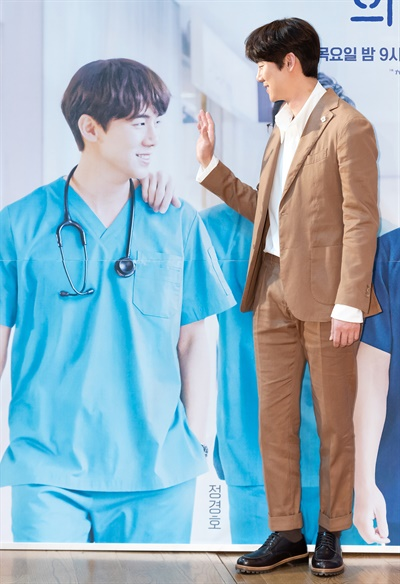 '슬기로운 의사생활' 유연석, 다정한 장난꾸러기 배우 유연석이 10일 오후 온라인으로 진행된 tvN 2020 목요스페셜 <슬기로운 의사생활> 제작발표회에서 포즈를 취하고 있다. '응답하라'시리즈로 신드롬을 일으켰던 신원호 감독과 이우정 작가가 다시 한번 의기투합한 <슬기로운 의사생활>은 인생의 축소판이라 불리는 병원에서 평범한 듯 특별한 하루하루를 살아가는 사람들과 눈빛만 봐도 알 수 있는 20년지기 친구들의 케미스토리를 담은 작품이다. 12일 목요일 오후 9시 첫 방송.