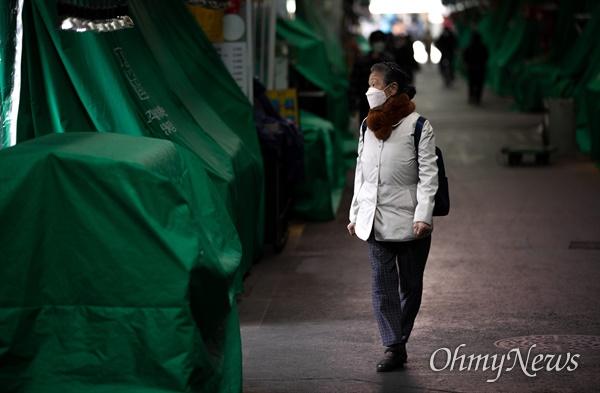 12일 오후 서울 마포구에 위치한 망원시장이 코로나19  확진자의 행적이 확인되어 11일~12일 양일 간 임시휴업 상태가 되었다.