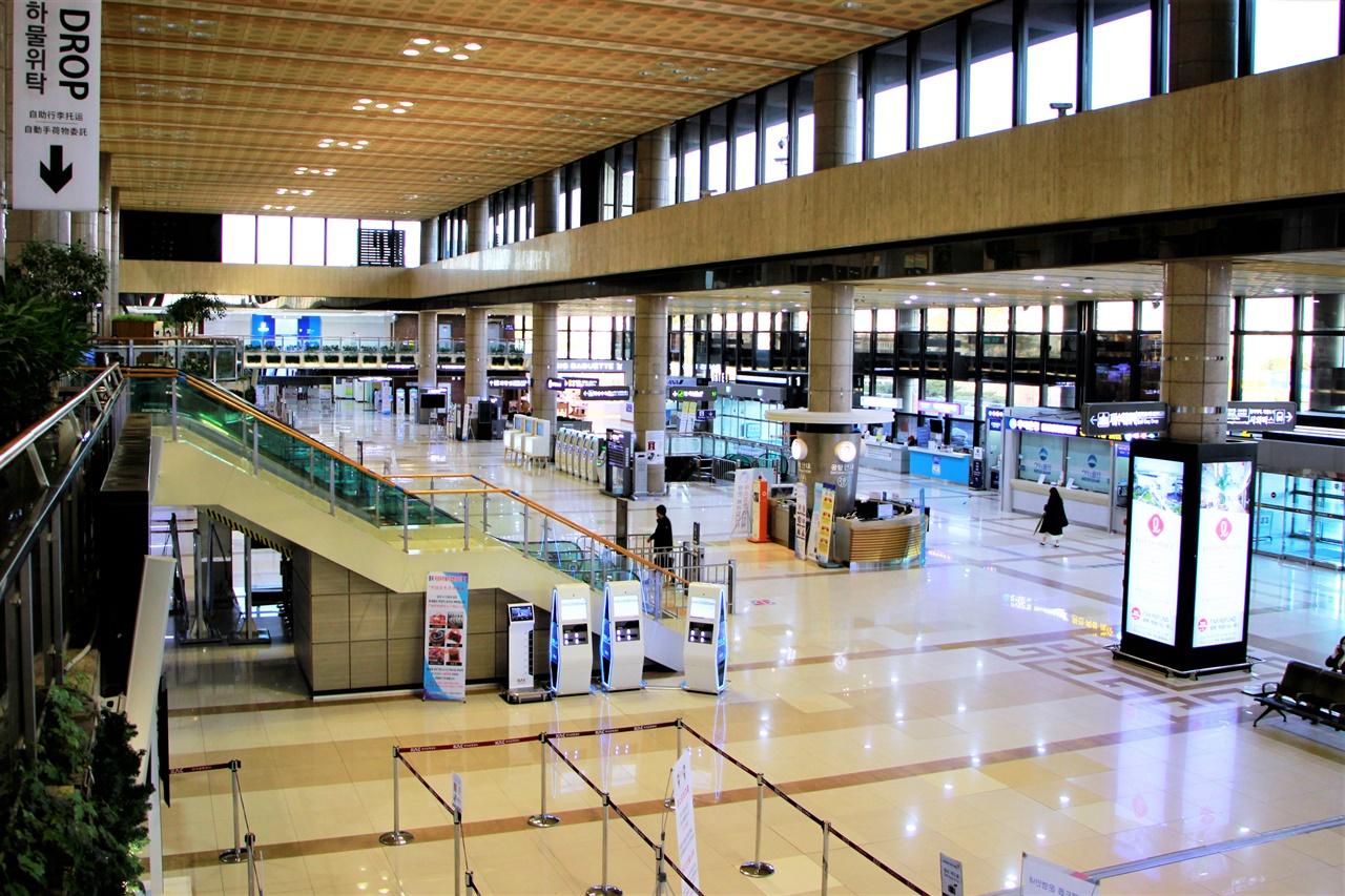 1개 노선을 제외한 모든 항공편의 운항이 중단된 김포국제공항 국제선 터미널.
