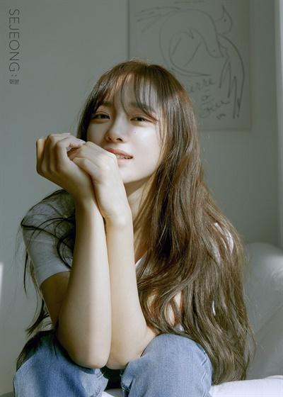 구구단의 멤버 세정이 첫 번째 솔로 미니앨범 <화분>을 발매했다.