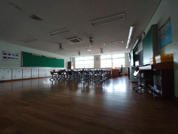 개학 연기로 텅 빈 교실