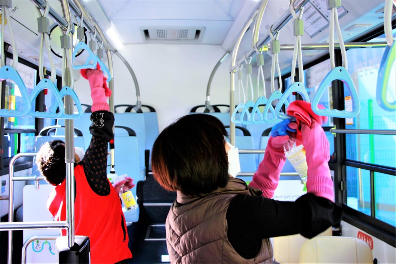 11일 도원교통 정릉동 차고지에서 미화원들이 버스 곳곳을 살균소독하고 있다.