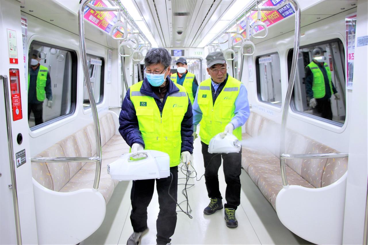 11일 김포도시철도 김포공항역 회차선에 정차한 열차에서 방역관리원들이 살균제를 살포하고 있다.