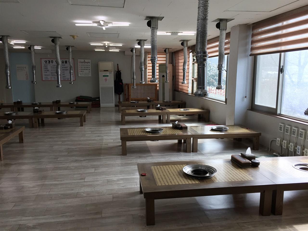 점심시간인데도 손님이라곤 없는 경주 광명동 S한우암소숯불집 식당 내부 모습