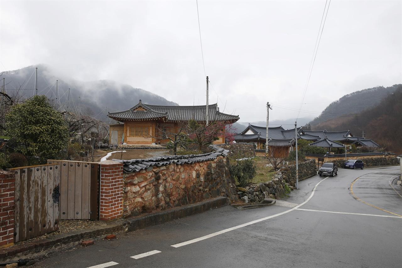 한옥이 줄지어 선 계월마을 입구. 최근에 지어진 집들이다.