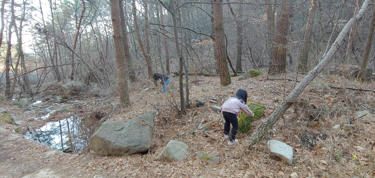 초례산 계곡 놀이 놀러갈 곳이 다 문을 닫아 어쩔 수 없이 가게 된 동네 뒷산. 도롱뇽알도 발견하고 도시락도 먹고 아이들이 너무 좋아하는 곳. 3시간 이상 떼울 수 있는 즐거운 자연 놀이이다.
