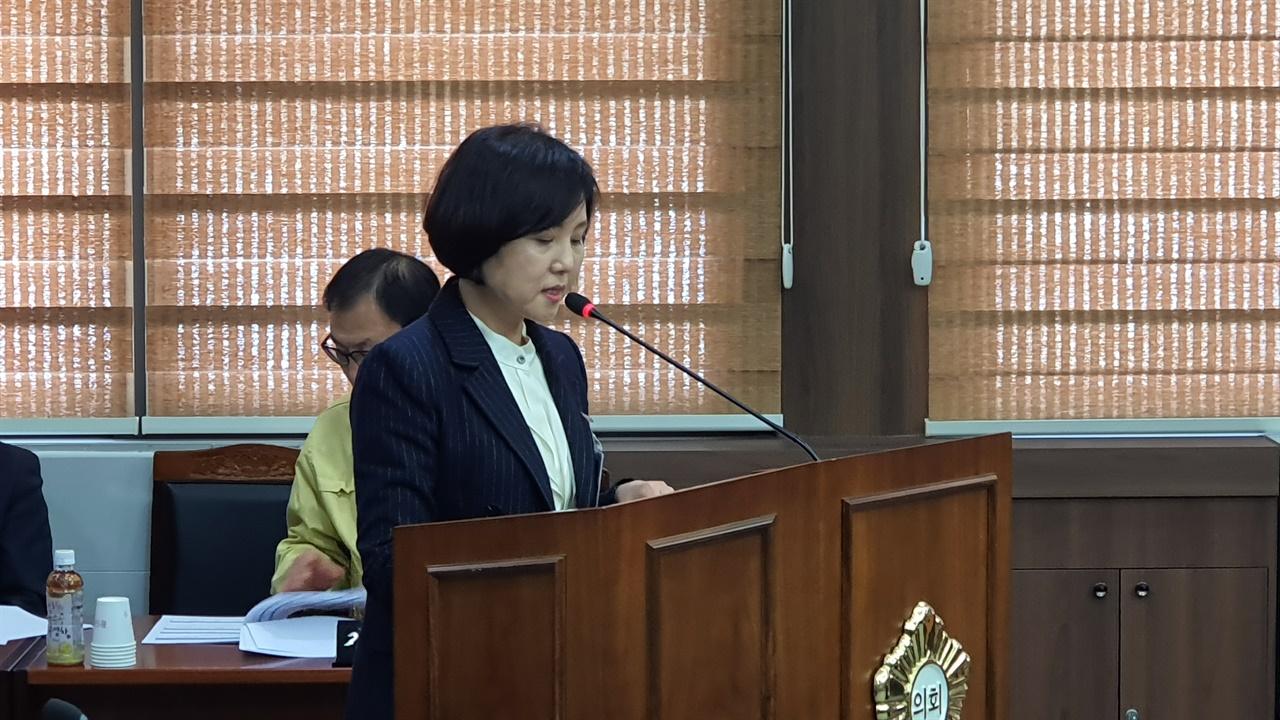 검토보고를 하는 박성진 전문위원