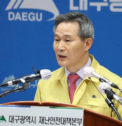 채홍호 대구시 행정부시장이 14일 대구시청에서 코로나19 정례 브리핑을 하고 있다.