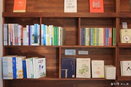 """전남 순천에 있는 마을책집 '책방 심다'에서 """"어린이 글모음""""을 펴냈다. 순천에 있는 마을책집을 비롯해서, 누리책집 알라딘에서 이 책을 만날 수 있다."""