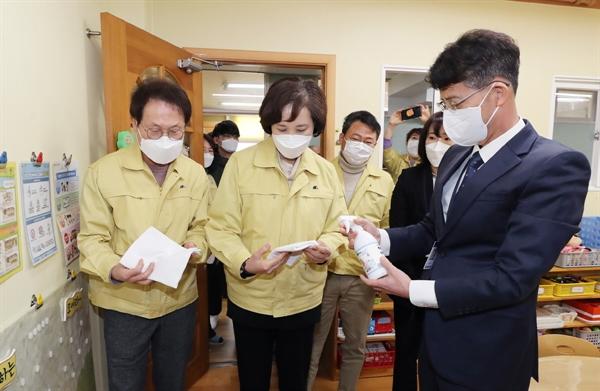 유은혜 교육부장관이 최근 서울지역 한 학교를 방문해 안전 상태를 살펴보고 있다.