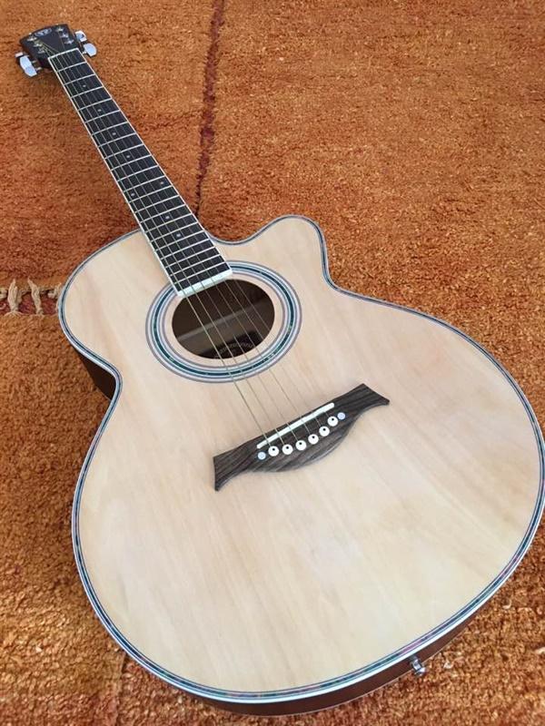 처음으로 (인도에서) 구입한 기타.