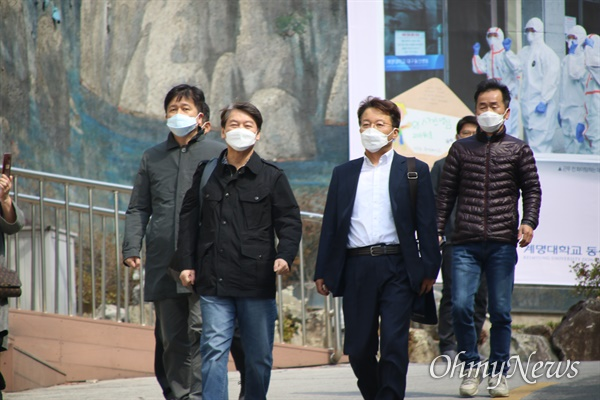 안철수 국민의당 대표가 15일 오후 코로나19 관련 의료봉사를 마치고 계명대 대구 동산병원에서 걸어나오고 있다.