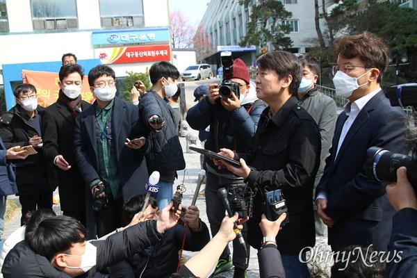 안철수 국민의당 대표가 15일 코로나19 관련 보름간의 의료봉사를 마치고 계명대 대구동산병원에서 나와 기자들과 간담회를 가졌다.