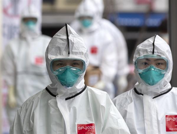 15일 오후 대구시 중구 계명대학교 대구동산병원에서 의료진이 교대 근무를 위해 방호복을 입고 신종 코로나바이러스 감염증(코로나19) 환자들이 있는 병동으로 향하고 있다.