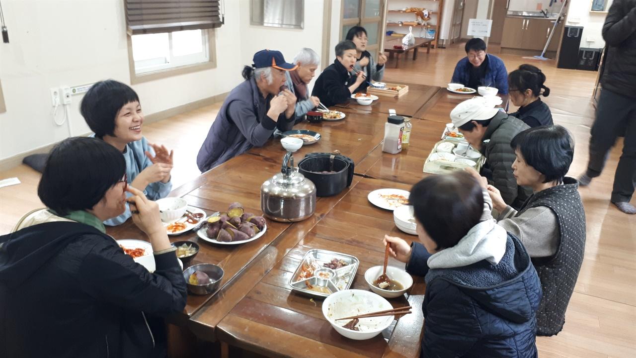 마을 공동 식사시간    선애마을 사람들은 공동공간 '낙생'에서 주말을 제외하고 평일은 항상 함께 점심을 먹는다. 얼굴을 맞대고 살 수밖에 없는 좋은 규정이다. 맛있는 점심을 먹으며 나누는 이야기는 즐겁다.