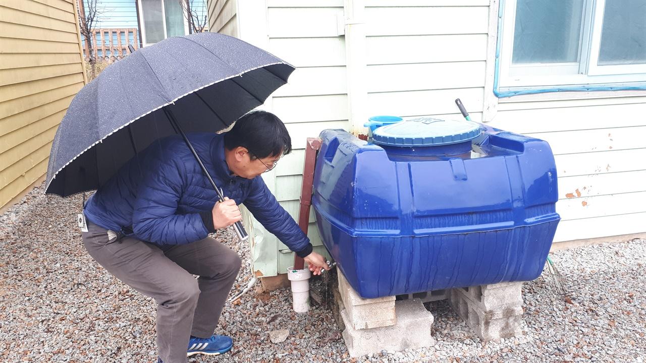 빗물저장고    자연친화적으로 사는 그들의 삶이 자연스럽게 보이는 부분이다. 빗물을 모아 통에 저장했다가 텃밭과 화단, 청소 등 다양한 용도로 사용한다. 안화윤 대표가 물을 모으는 방식과 사용방법을 설명하고 있다. 물을 아끼는 습관이 생활화돼 있는 그들이다.
