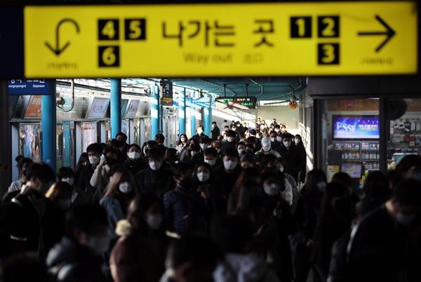 12일 오전 마스크를 쓴 시민들이 서울 신도림역을 통해 출근하고 있다.