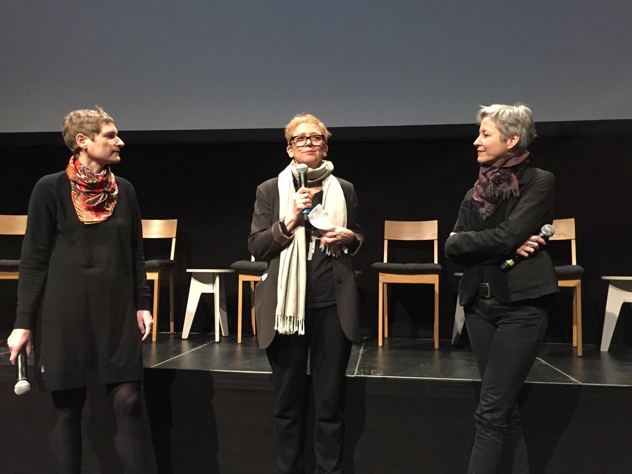 베를린영화제 포럼및 포럼 익스팬디드 섹션 프로그래머들 베를린영화제 포럼50주년을 맞아 관계자들이 관객을 향해 환영사및 기조연설을 하고 있다. 좌측부터 순서대로 Cristina Nord 포럼 디렉터, Stefanie Schulte Strathaus 포럼 익스팬디드 디렉터, Birgit Kohler 아스날 공동 디렉터