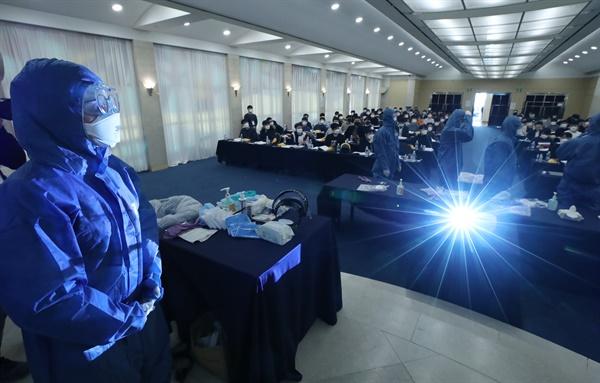 5일 오후 서울 서대문구 스위스그랜드호텔 컨벤션센터에서 2020년도 신규 의과 공중보건의사들이 신종 코로나바이러스 감염증(코로나19) 현장 배치 대비 직무교육을 받으며 보호장비를 착용하고 있다.