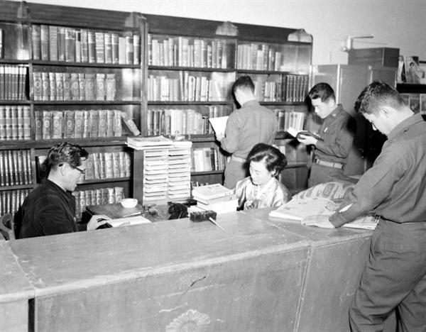 5.16 쿠데타 직후의 국회도서관 '국가재건최고회의도서관' 시절의 국회도서관 모습. 1961년 9월 15일에 촬영한 사진이다. 이용자로 보이는 상당수가 군복을 입은 '군인'이다. 국회의원의 의정 활동 지원을 위해 존재하던 국회도서관이 군인을 위한 '병영도서관'으로 바뀌기라도 한 걸까.